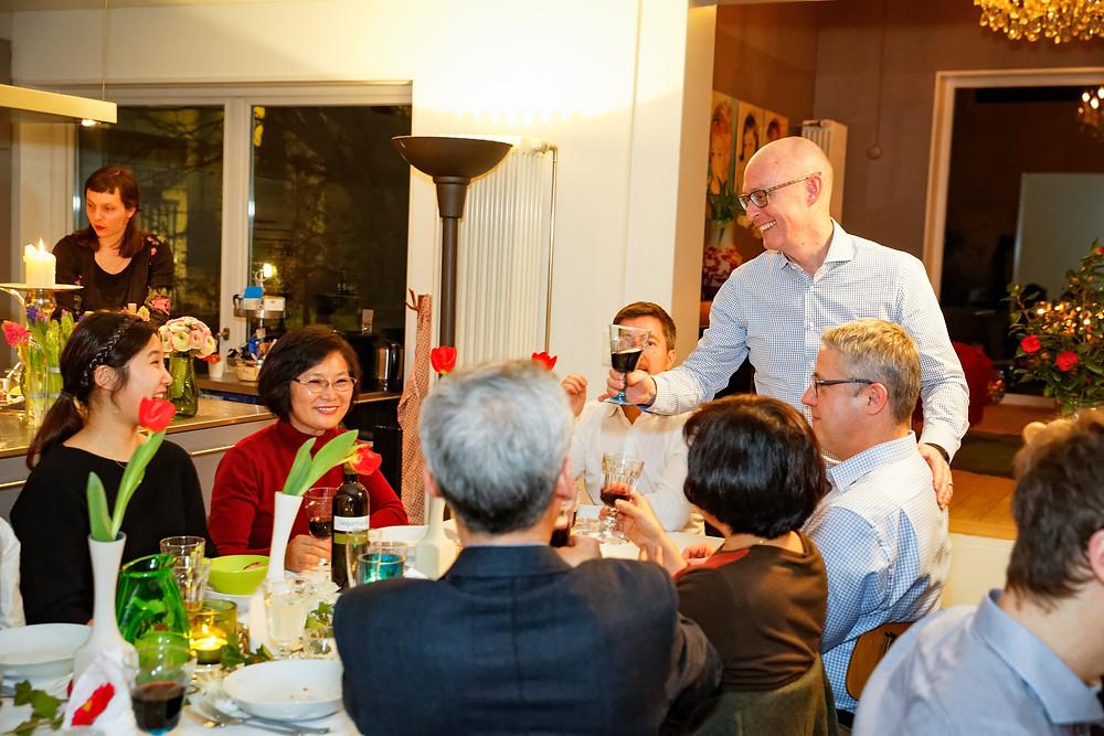 Hochzeitsfest, mit Wein anstossen auf das Brautpaar, catch the Moment