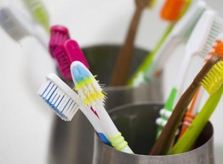 Recomiendan desinfectar los cepillos de dientes con regularidad