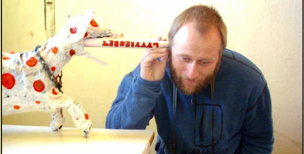 Stein Torleif Bjella med Bygdedyret laget av Hylja B. Häninger