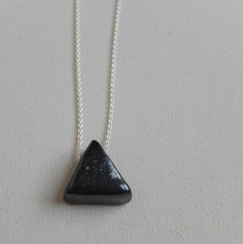 petit triangle noir