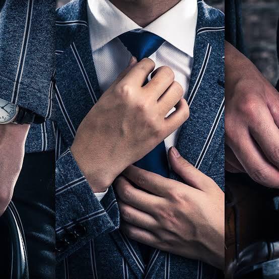 スーツ、ネクタイを締めている