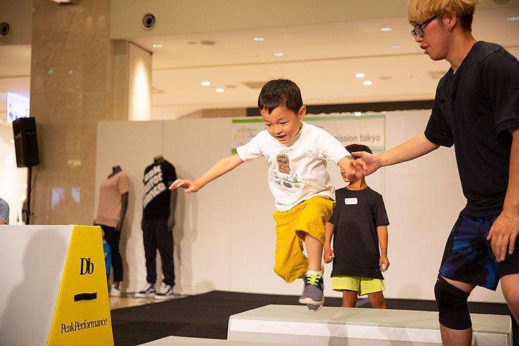 物から物へパルクールの技術で飛び移る子ども達