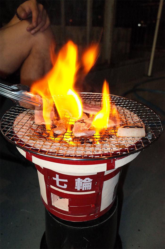 七輪で肉を焼く
