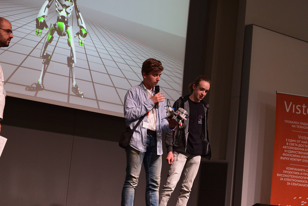 """На тазгодишното издание на """"Робо Лига"""" 3то място в националното състезание ни спечели полуавтономният робот """"Голиат"""". На базата на привидно обикновен dispenser с 2 мотора и няколко вида сензори успяхме да видим революционна идея и да я реализираме. Нашият проект силно подпомага дейността на хората с по - рискови професии. От гасенето на пожари в трудно достижими зони до предотвратяване големи катастрофи и подпомагане решаването на големи екологични проблеми. Вдъхновихме се и продължихме миналогодишни проекти, базирани на роботи за сапьорство и безопасно овладяване на ситуацията при опастност за атентат без рискове за хората, които трябва да го обезвредят. Ще продължим работата си върху тези проекти, като в бъдеще очакваме да ги реализираме с масово разпространение и осъвременяване на съответните институции."""