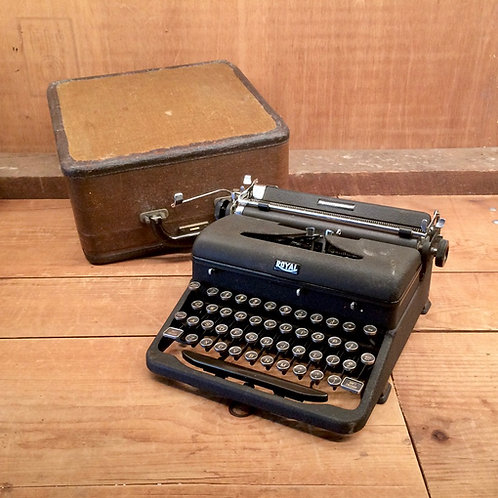 1930s - 40s Royal Quiet De Luxe Portable Typewriter