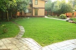 Рулонный газон с шаговой дорожкой