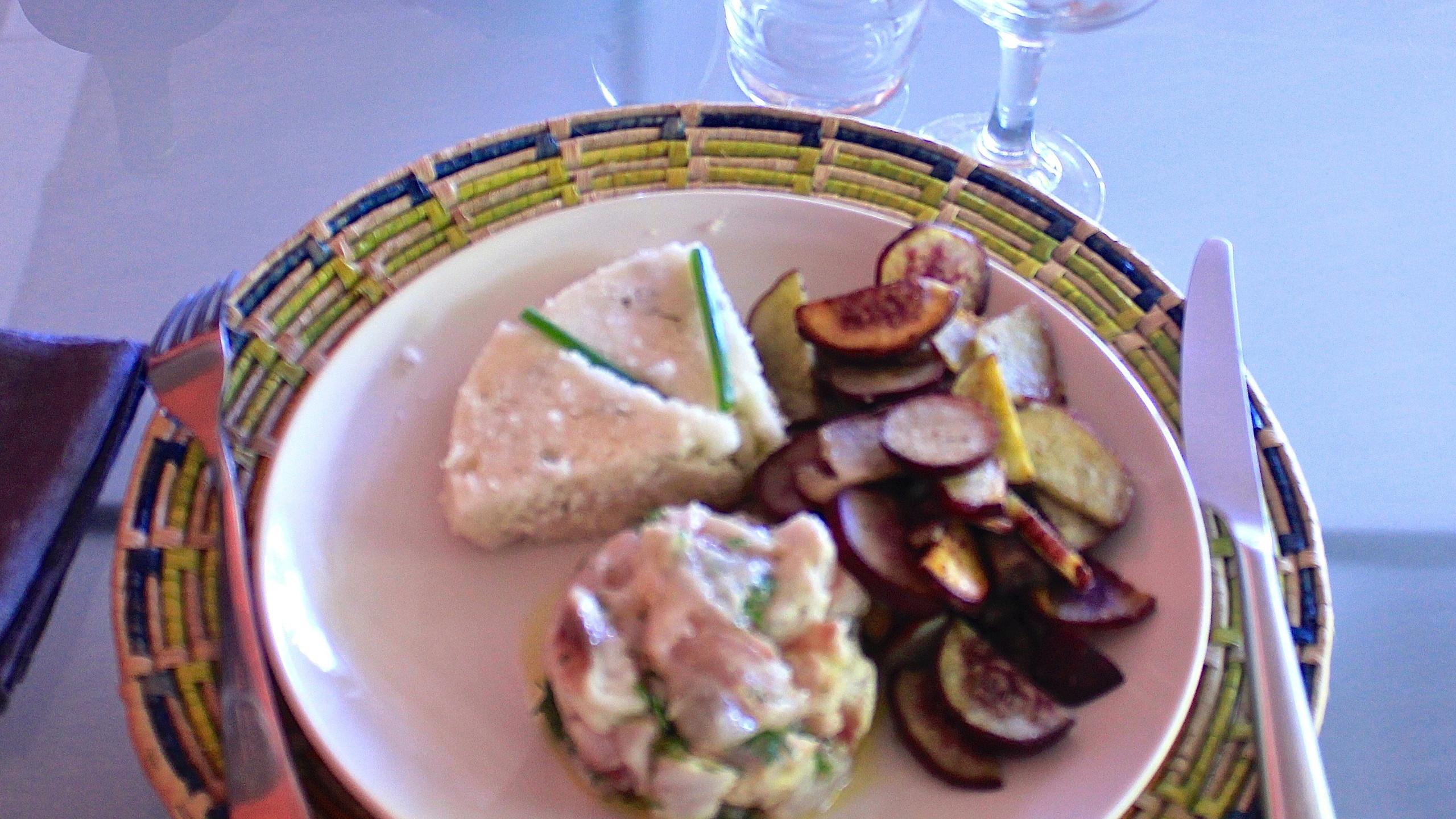 tartare de poisson, patates douces rissolées et gateau de tapioca brésilien
