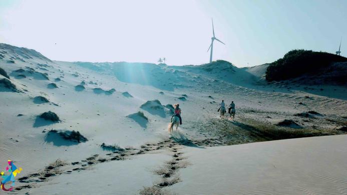 Reiten am Strand, den Lagunen und der Macchia in Parajuru Brasilien mit dem Castelo Vendom.