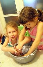 הכנת עיסת נייר בסדנת ילדים בסטודיו של מיה לנדאו