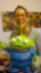 """דנה לנדאו והחייזר שפיסלה בעיסת נייר בהשראת  הסרט """"צעצוע של סיפור"""" -בסטודיו של מיה לנדאו"""