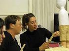 מיה לנדאו מלמדת פיסול בעיסת נייר - במהלך שיעור...