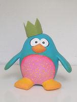 פינגווין מעיסת נייר שפוסל בסטודיו של מיה לנדאו