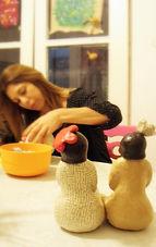מיטל דניאל מפסלת בסטודיו של מיה לנדאו