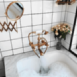 Maison Méditerranée - baignoire avec de la mousse et un pot de fleurs
