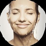 Maison Méditerranée - femme qui sourit sous la douche