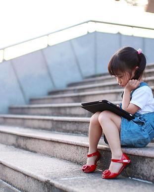 Cute-girl-jeu-avec-un-ordinateur-tablett