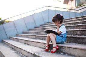 Cute-girl-giocare-con-un-tablet computer