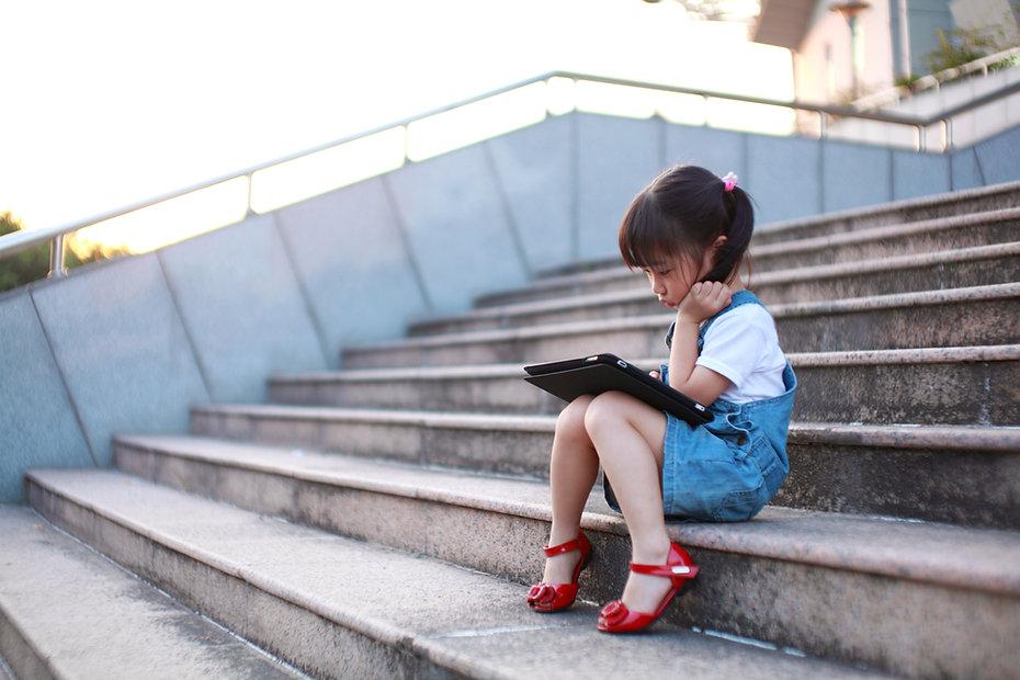 かわいい女の子-プレイ-と-タブレット型コンピュータ