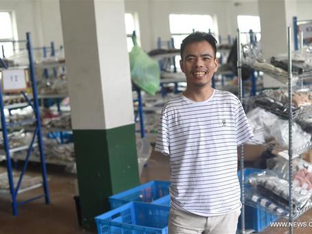 رجل مبتور الذراعين ينجح في مشروعه من خلال الإنترنت