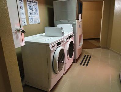 Máquinas de lavar roupa e gelo nos andares dos quartos