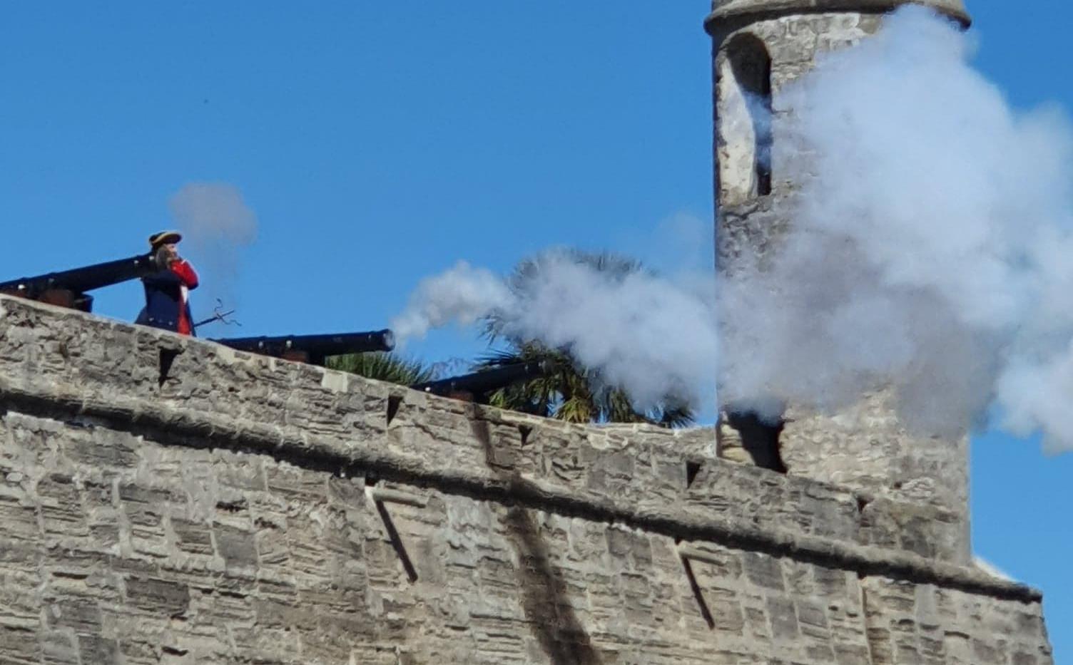 Demonstração de canhão no Castillo de San Marcos
