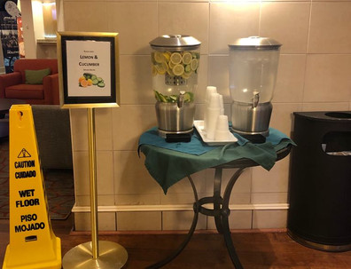 Água pura ou com penino e limão no lobby do hotel