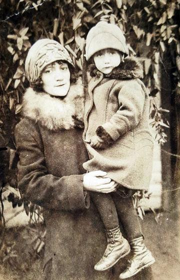 Bean descendant Sarah Emmeline (Bean) Armitage (1902) holding Opal Mae Florence Armitage