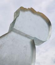 Gedenkzeichen für Opfer des Nationalsozialismus im Neandertal  Detailansicht Skulptur aus Glas  2020  Pressetext