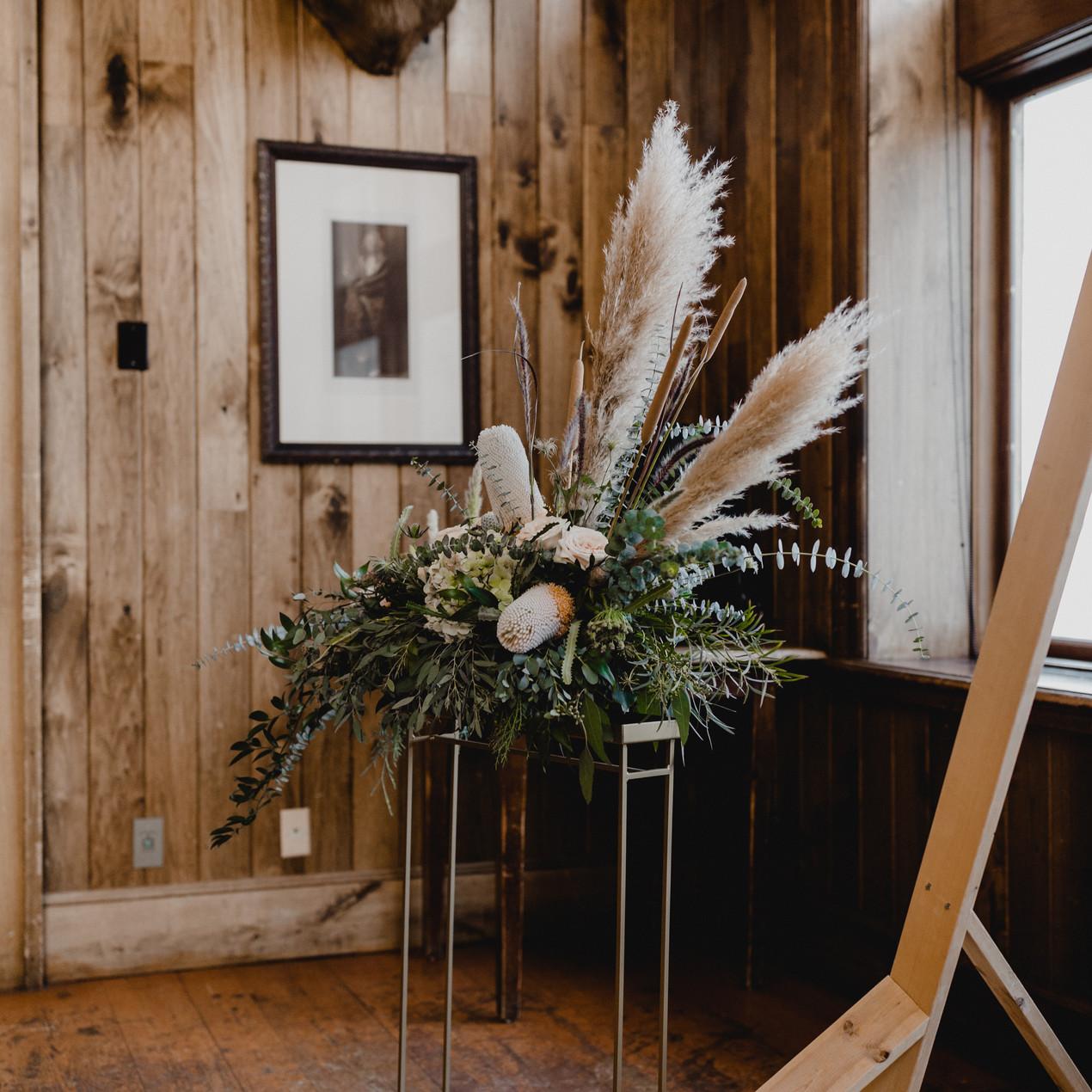 Colorado Mountain Wedding. Beaver Creek Winter Wedding. Glam Saddleridge wedding. Velvet and green detailed wedding.