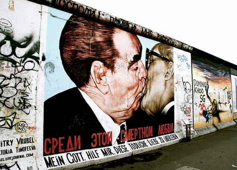 the-fraternal-kiss-grafitti-art-berlin-w
