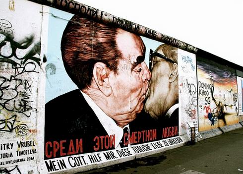 the-fraternal-kiss-grafitti-art-berlin-w