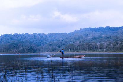 dusk-twin-lakes-tamblingan-buyan-fisherm