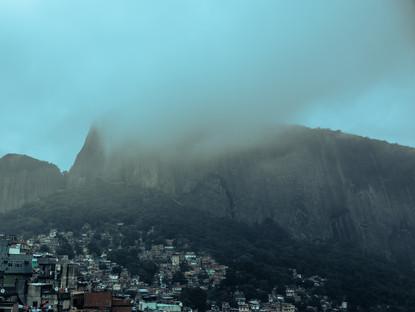 misty-view-clouds-over-rocinha-favela-mo