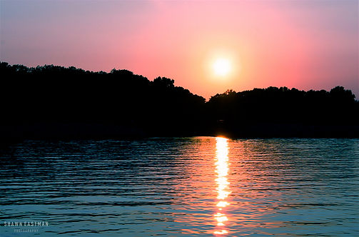 Landscape photograph of a sunset on Kentucky Lake in Paducah, Kentucky, USA