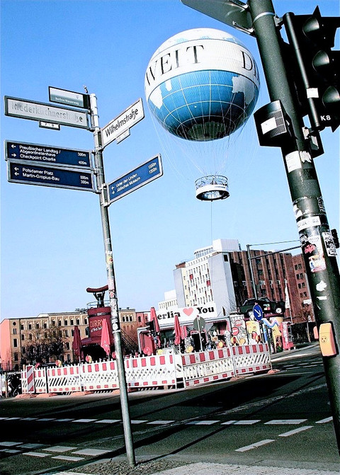 street-scene-hot-air-balloon-berlin-germ
