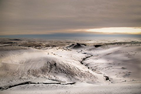 snow-mountains-in-thingvellir-winter-ice