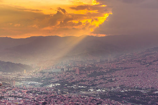 Landscape photograph of sunset over Santo Domingo barrio in Antioquia, Medellín, Colombia