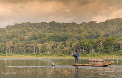 balinese-fisherman-fishing-jukung-boat-t