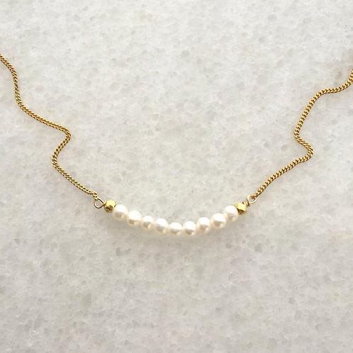 bílé perličky.