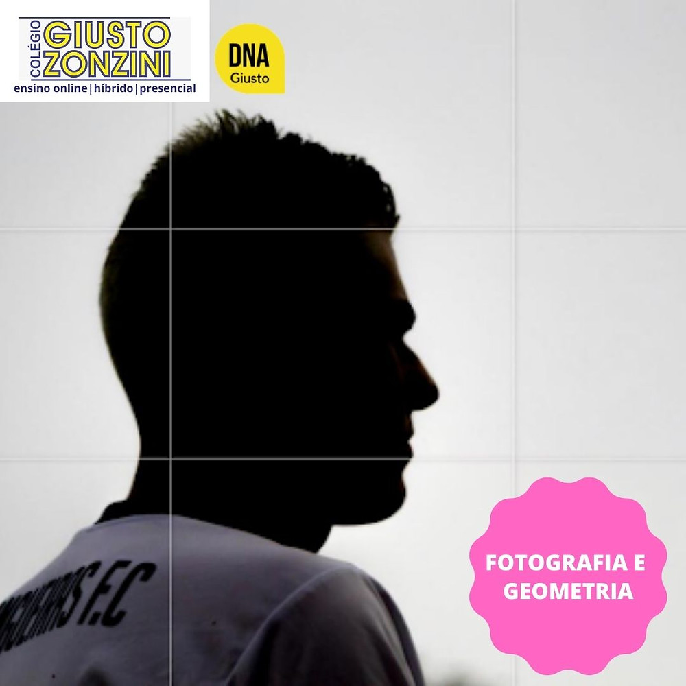 #PraCegoVer - Fotografia. Fundo cinza claro, garoto de perfil contra a luz, podemos apenas visualizar o garoto sombreado com uma camisa de futebol branca ocupando dois terços da foto. Fim da descrição