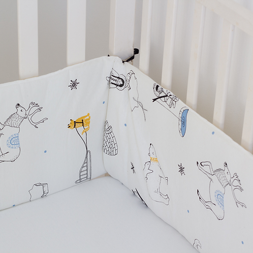 מגן ראש למיטת תינוק לבן בהדפס מתחת לאפס