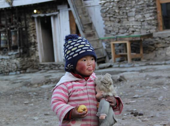 Une adorable petite fille rencontrée au village de Manang