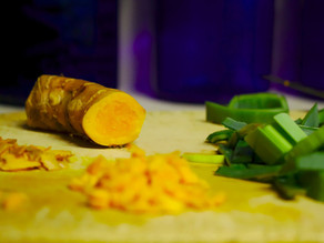 Curcuma – 3 + 2 halbe Gründe, warum die gelbe Wurzel nicht nur in der Küche Sinn macht