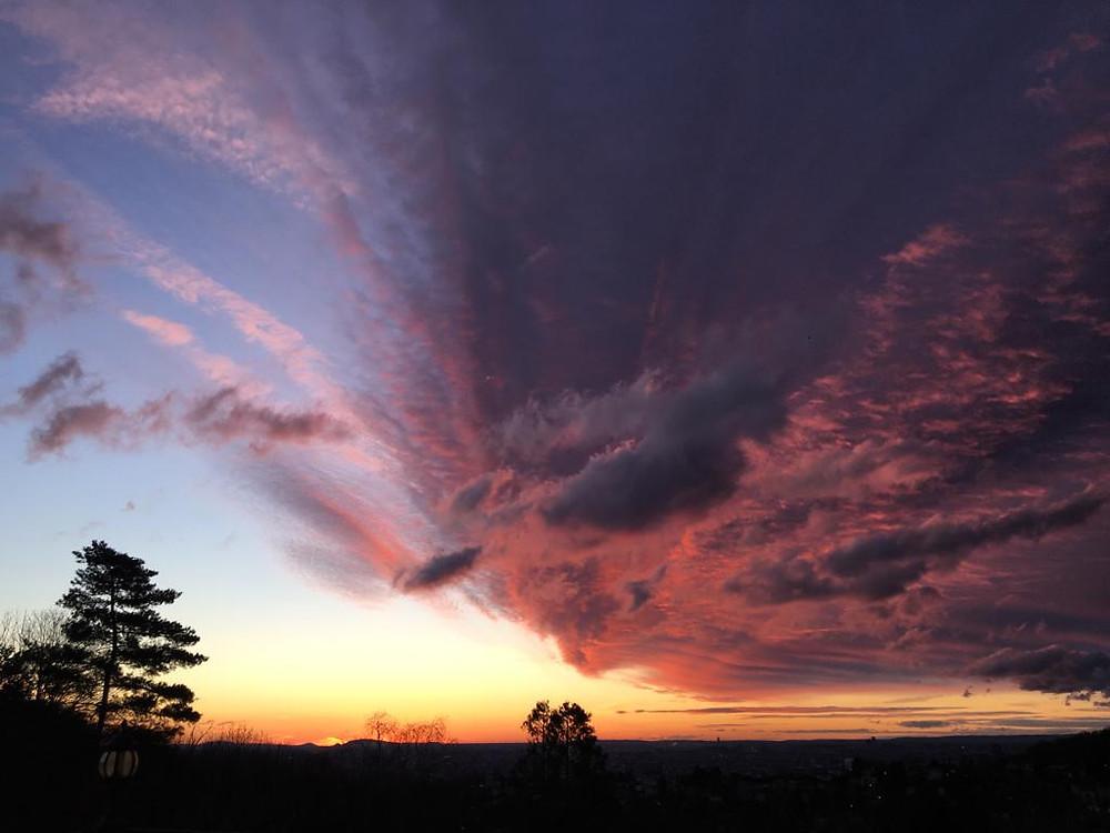 Opgaande zon  met felgekleurde wolken