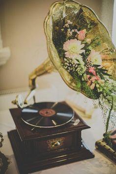 Grammofoon met bloemen op een vintage feest