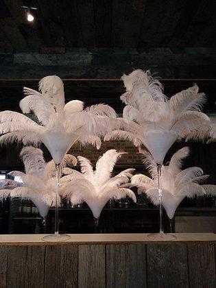Witte martini vaas met grote witte struisvogelveren op een great gatsby feest