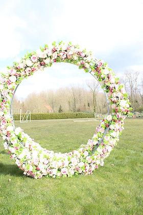Ronde backdrop met zijdebloemen