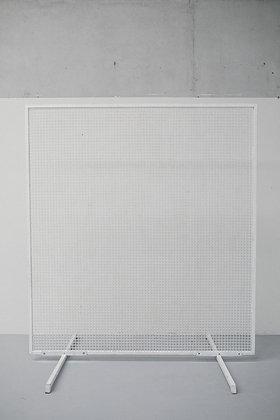 Een witte backdrop met rasten voor een ceremonie