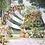 Een halfronde backdrop in goud versierd met bloemen en doeken