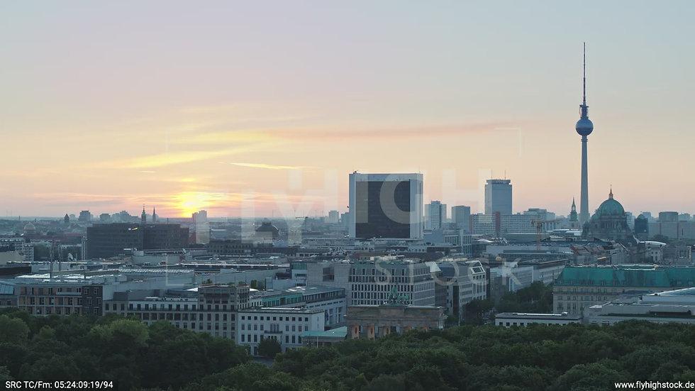 Berlin Tiergarten Brandenburger Tor Parallelflug morgens D029_C002
